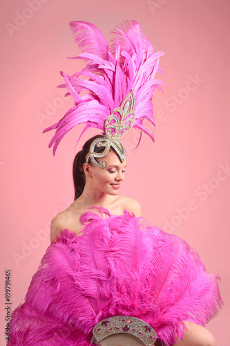 Papiers peints Carnaval Beautiful girl in carnival costume with rhinestones and pink feathers.