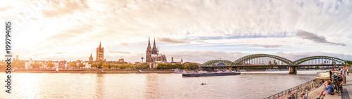 Foto op Plexiglas Panoramafoto s Köln, Rheinufer mit Dom, Groß St. Martin und Hohenzollernbrücke