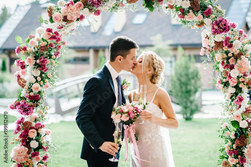 Foto The bride and groom kissing