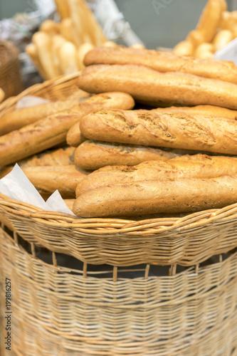 Papiers peints Xian Fresh baguettes in a wicker basket