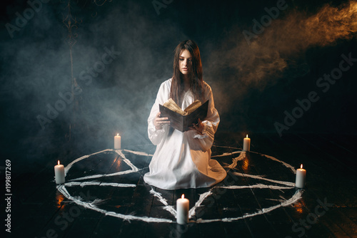 Obraz na płótnie Woman sitting in the center of pentagram circle