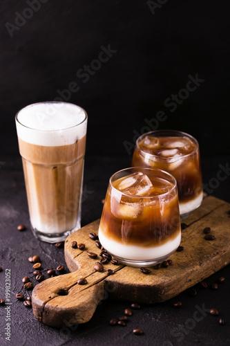 kawa-mrozona-w-szklankach-z-mlekiem-czarne-tlo