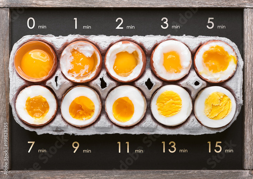 Fotografía  eggs in varying degrees of availability depending on the time of boiling eggs