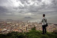 Un Uomo Che Guarda Napoli Dall...