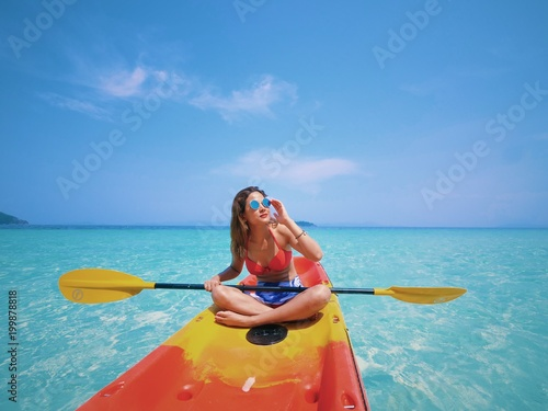 Photo  young Asian woman on the kayak boat in Andaman sea