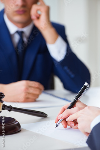 Fotografía  Lawyer talking to his client in office
