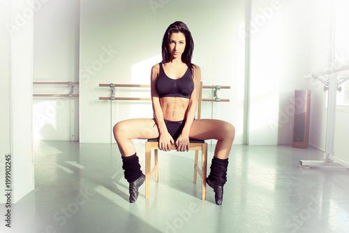 Sexy gogo danseuse assise sur une chaise en sous-vêtements Poster