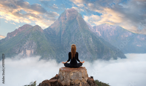 La pose en embrasure Detente Serenity and yoga practicing,meditation at mountain range