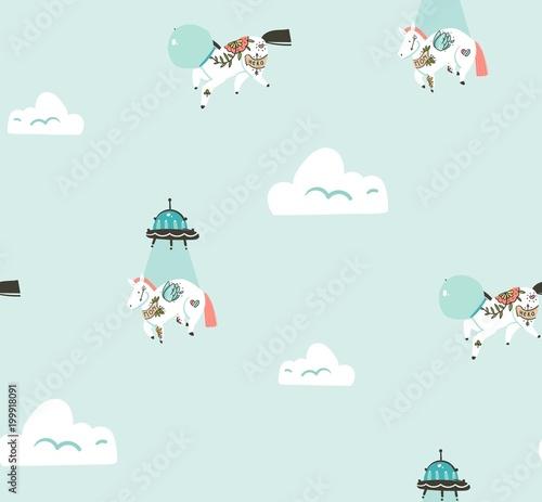 Stoffe zum Nähen Hand gezeichnet Vektor abstrakte grafische kreative Cartoon Musterdesign mit Kosmonauten Einhörner und außerirdisches Raumschiff fliegen in blauer Himmel mit Wolken auf blauem Hintergrund isoliert