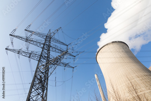 Fotografía  cooling tower with blue sky and power pole