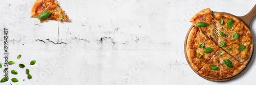 Cadres-photo bureau Pizzeria Italienische Pizza auf weißem Steintisch - Banner / Hintergrund