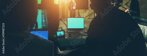 Valokuvatapetti actor in studio posing on green screen