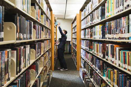 Poster Bibliotheque Teen Boy in Library