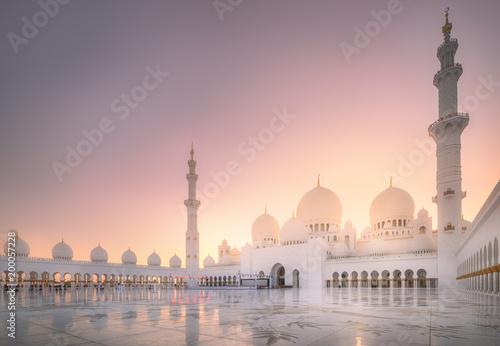 In de dag Abu Dhabi Sheikh Zayed Grand Mosque at sunset Abu-Dhabi, UAE