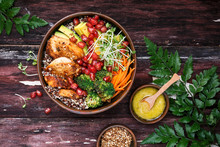 Bouddha Bol Au Quinoa, Poulet, Avocat, Carotte, Brocoli Pour L'été.