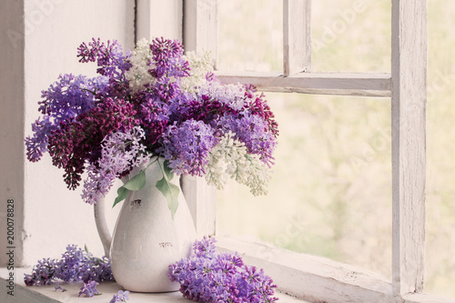 In de dag Lilac lilac in jug on old windowsill background