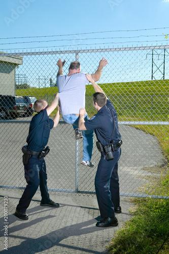 Fotografía  Two policemen apprehend a suspect