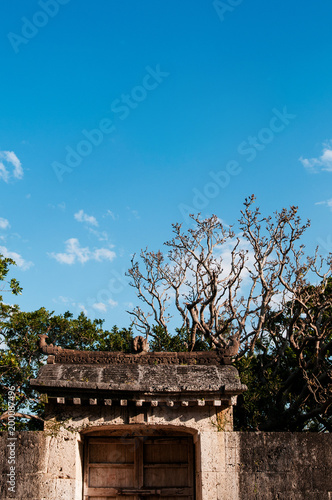Photo  Old wall Shuri Castle under clear blue sky, Naha, Okinawa, Japan