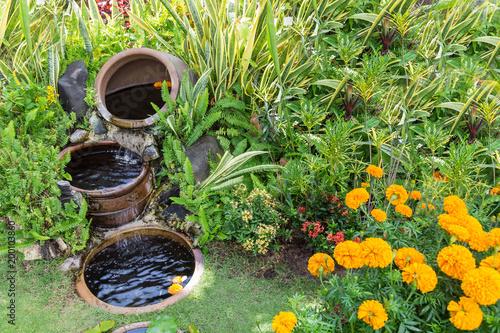 Gartengestaltung. Schöne Gartenbrunnen in einem Paradiesgarten.