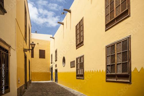 Deurstickers Canarische Eilanden Yellow painted houses, Las Palmas, Gran Canaria