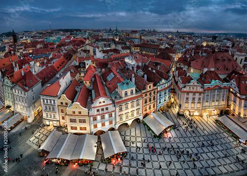 Plakat Powietrzny pejzaż miejski Praguge z kolorowymi budynkami na Starym rynku (Staromestske namesti) przy półmrokiem, Czechia