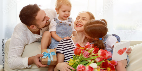 Papiers peints Statue happy mother's day! father and children congratulate mother on holiday .