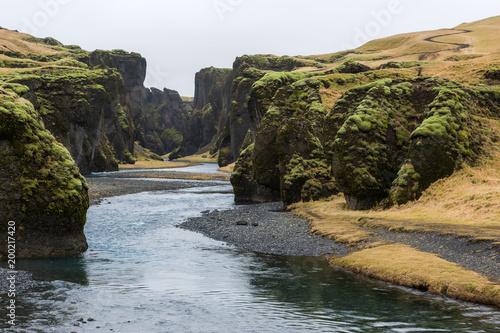 Keuken foto achterwand Zwart Islanda, la terra dei vichinghi. Paesaggio con montagne e fiume.