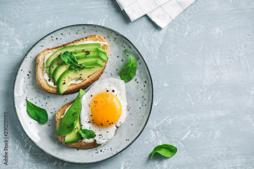 Poster Gebakken Eieren Avocado Sandwiches with Fried Egg