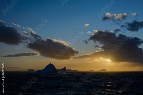 La pose en embrasure Antarctique Sunset in Antarctica with iceberg