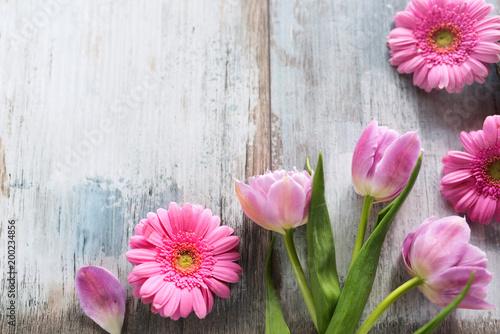 Plakat Tulipany i gerbera na popielatych rocznik deskach