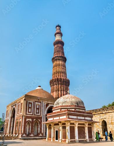 Stickers pour portes Delhi Imam Zamin Tomb, Alai Darwaza and Qutub Minar at the Qutb Complex in Delhi, India