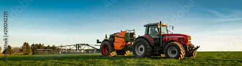 Photo  Traktor mit Anhängespritze beim Pflanzenschutz, Banner