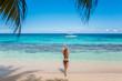 Glückliche Frau spaziert am Strand in der Karibik auf der Jamaika