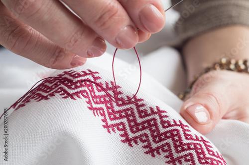 Fotografia Woman's hands embroider ornaments