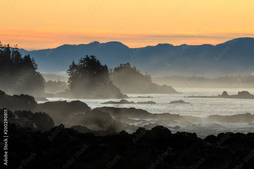 Fototapeta Dramatic dawn over rocky coast of Vancouver Island.