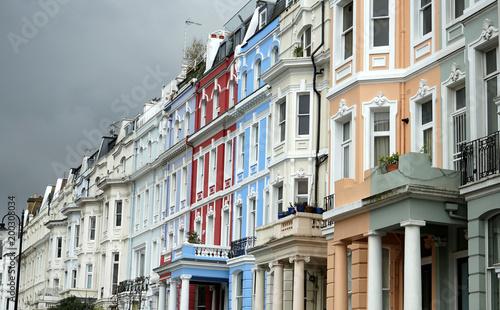 fototapeta na ścianę Pastellfarbene Häuserzeile in Notting Hill vor gewitterschwangerem Himmel