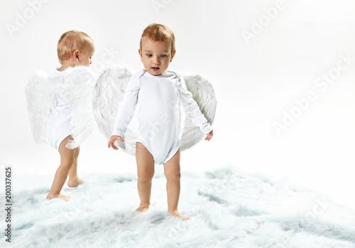 Papiers peints Artiste KB Two cute baby angels walking on the soft carpet
