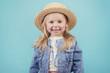 bebé feliz y sonriente con sombrero