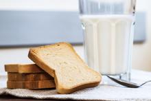 Latte Con Fette Biscottate