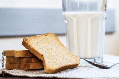 Fotografie, Obraz  Latte con fette biscottate