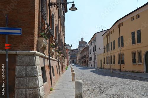 Ferrara,  uliczka prowadzaca do centrum miasta, Włochy
