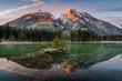 Sonnenaufgang am See mit Berg
