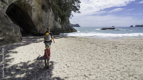 Montage in der Fensternische Cathedral Cove catherdral cove day hike beach view new zealand vacation family kids