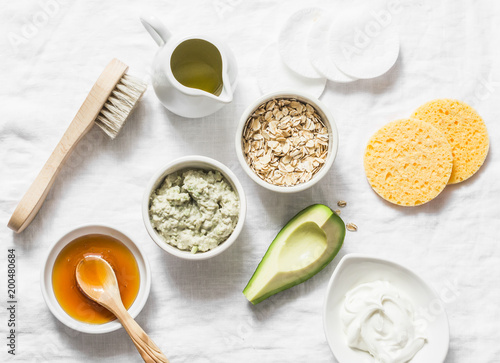 Fotografía  Ingredients for moisturizing, nourishing, anti-aging wrinkle face mask - avocado, olive oil, oatmeal, natural yogurt on light background, top view