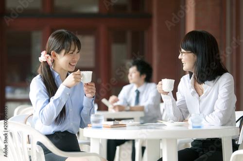 カフェで休憩をするビジネスウーマン
