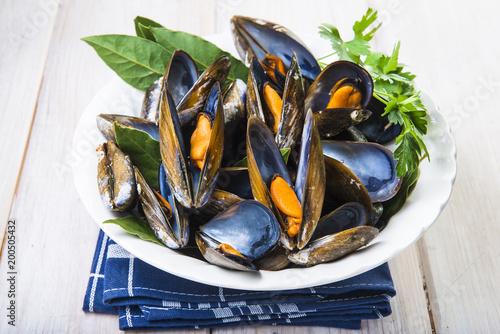 Mejillones cocidos al vapor abiertos listos para la comida, marisco barato y saludable