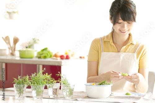 キッチンで料理の下ごしらえをする女性