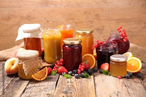 Photo  assorted jam on wood background