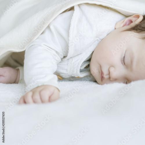 布団で眠る赤ちゃん