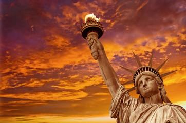 Kip slobode, dramatična pozadina neba. New York, SAD